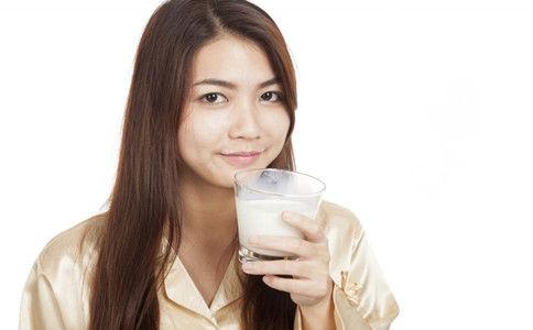 早上空腹喝牛奶的危害 喝牛奶的正确方法 早上可以空腹喝牛奶吗