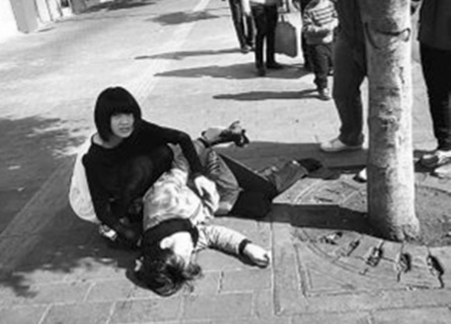 失忆女孩晕倒街头 妙龄女子无名无姓露宿街头不知身在何处