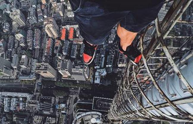 小伙徒手爬大厦顶 为自拍耍酷竟爬上高楼做各种惊险动作