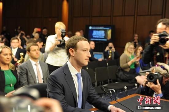 当地时间4月10日,美国社交媒体平台脸书的首席执行官马克·扎克伯格在美国参议院司法委员会和商业、科技和运输委员会举行的联合听证会上作证,并就脸书数据被滥用等问题道歉。 <a target='_blank' href='http://www.chinanews.com/'>中新社</a>记者 邓敏 摄